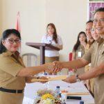 Wali Kota Tomohon Serahkan Buku Rekening Tambahan Penghasilan Guru Non PNS dan Beasiswa Tomohon Cerdas