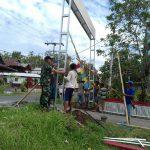 Babinsa Rampungkan Pembangunan Gapura di Langsot