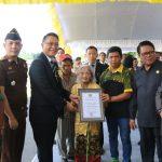 Walikota JFE Serahkan Penghargaan Centennial Awards Kepada Oma Ariantje dan Oma Martje