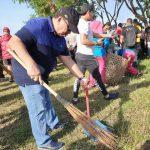 Dalam Rangka HPSN ,Wabup Robby Dondokambey ikut bersih-bersih angkat sampah di pantai