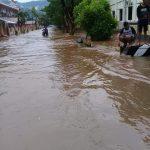 Hujan Deras Sejak Pagi, Wilayah Tahuna Banjir Setinggi Lutut