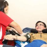 Bupati Tetty Paruntu Donorkan Darahnya Untuk Warga Kurang Mampu Saat Bakti Sosial PMI Minsel
