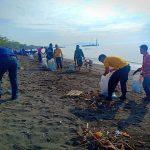 Camat Kema Pimpin Bersih-Bersih Pantai Firdaus