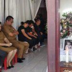 Melayat Ke Rumah Duka, Ketua Dekot Tomohon Djemmy Sundah Sampaikan Belasungkawa
