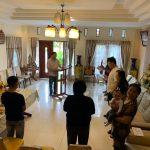 Patuhi Himbauan Gereja, Walikota JFE Beserta Keluarga, Ibadah Minggu Di Rumah