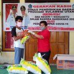 Peringati Hardiknas, SMA Negeri 1 Manganitu Laksanakan Program 'Gerakan Kasih'