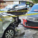 Melaju Kencang, Mobil Plat Merah Hantam Mobil Yang Sedang Parkir