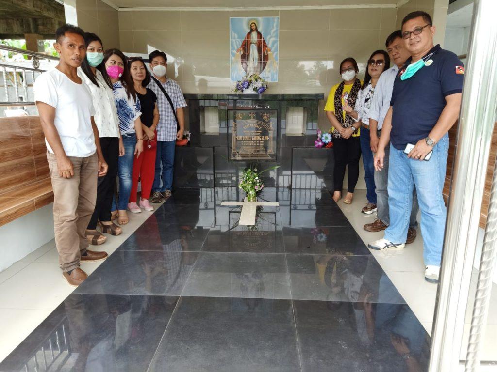 Ziarah ke makam alm MAxi Gahung